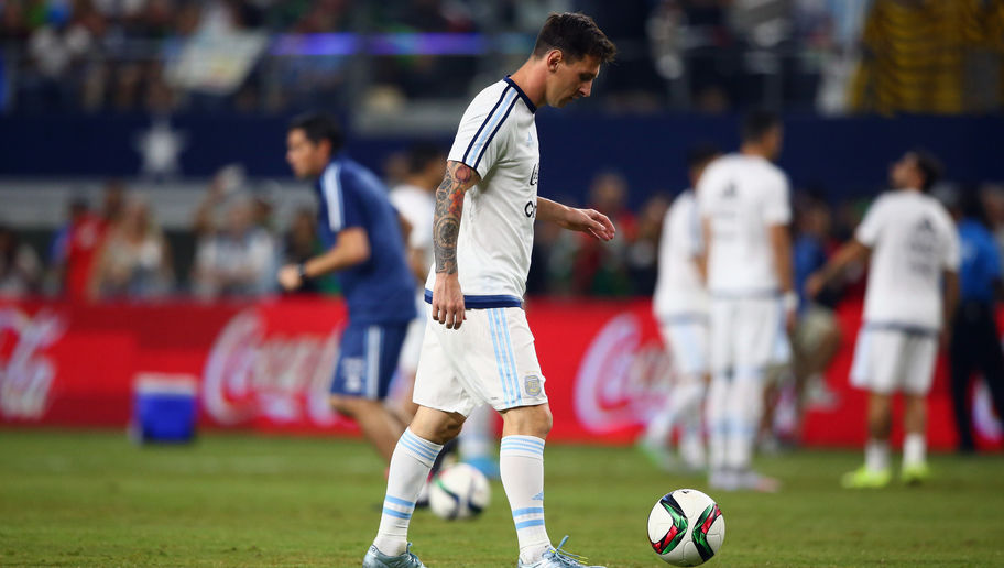 ARLINGTON, TX - SEPTEMBER 08:  Lionel Messi #10 of Argentina during a international friendly against Mexico at AT&T Stadium on September 8, 2015 in Arlington, Texas.  (Photo by Ronald Martinez/Getty Images)