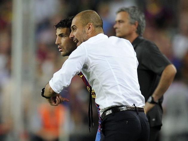 Barcelona's coach Josep Guardiola (R) gi