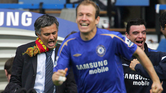 Chelsea manager Jose Mourinho (L) and st
