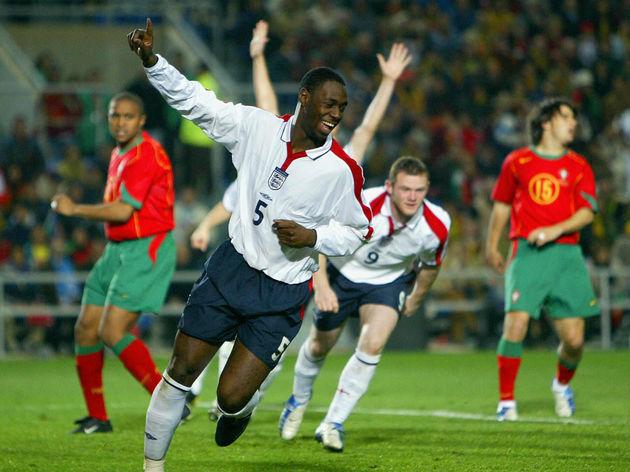 England's Ledley King (C) celebrates sco