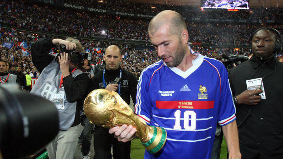 French player Zinedine Zidane (C), holdi