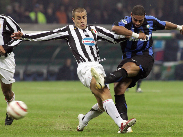 Inter Milan forward Adriano (R) vies wit