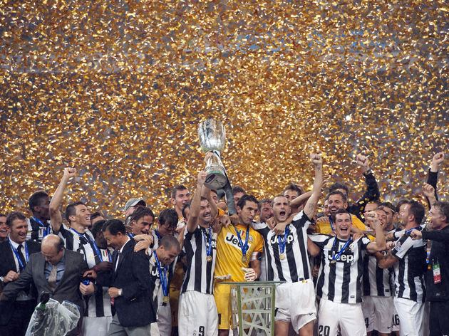 Juventus players celebrate with the trop