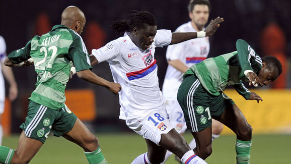 Lyon's French forward Bafetimbi Gomis (C