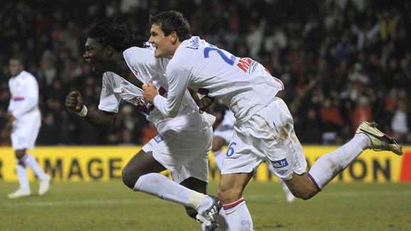 Lyon's French forward Bafetimbi Gomis (L