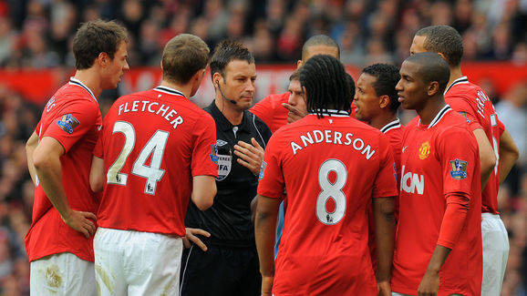 Manchester United players protest to ref