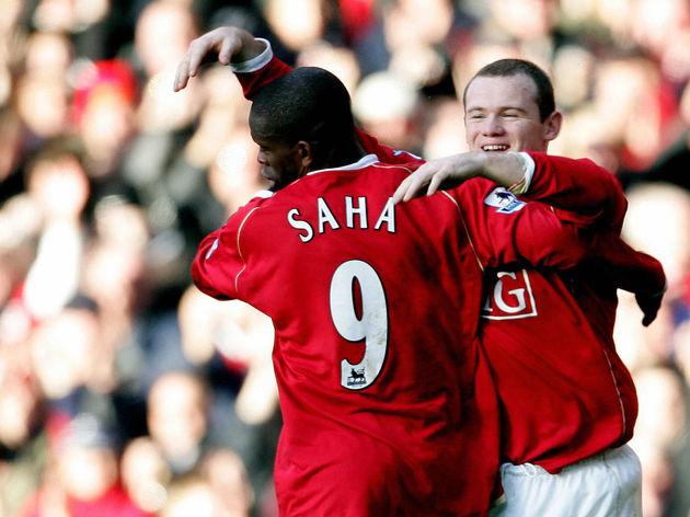 Manchester United's Louis Saha (L) is co