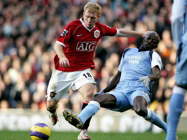 Manchester United's Paul Scholes (L) is