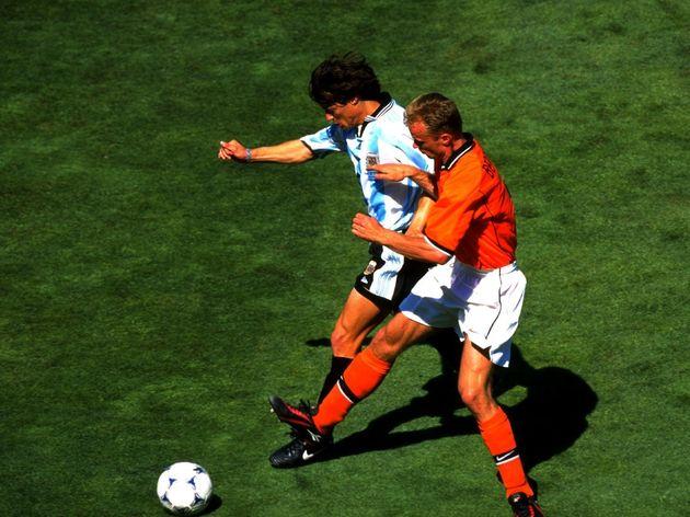 Matias Almeyda of Argentina and Dennis Bergkamp of Holland