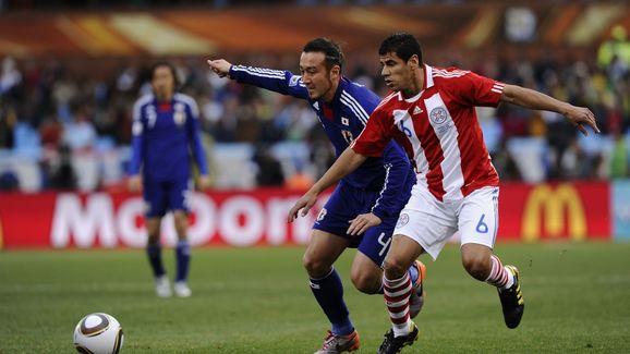 Paraguay's midfielder Carlos Bonet (R) c