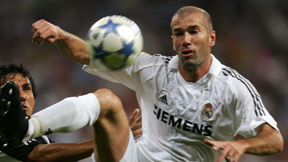 Real Madrid's Zinedine Zidane (R) vies w