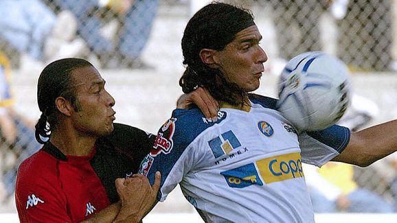 Sebastian Abreu (D) de Dorados, disputa