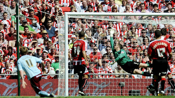 Sheffield United's Paddy Kenny (2nd R) d