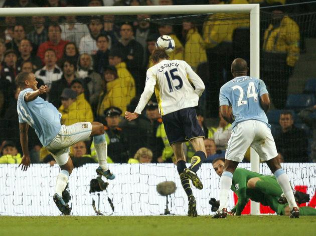 Tottenham Hotspurs Peter Crouch (C) scor