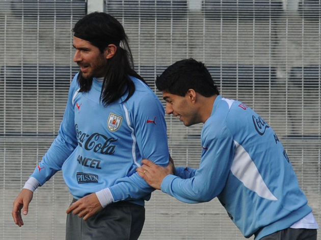 Uruguay's strikers Sebastian Abreu (L) a
