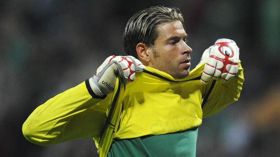 Werder Bremen's goalkeeper Tim Wiese pul