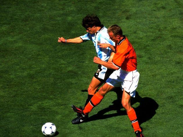 Matias Almeyda of Argentina and Dennis Bergkamp of Holland